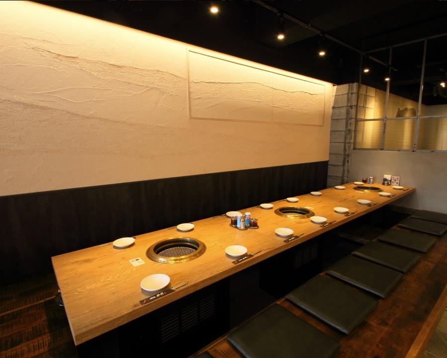横のテーブル席が高さが違うのでプライベート空間を保てます